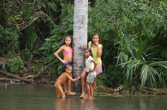 Crianças na lagoa