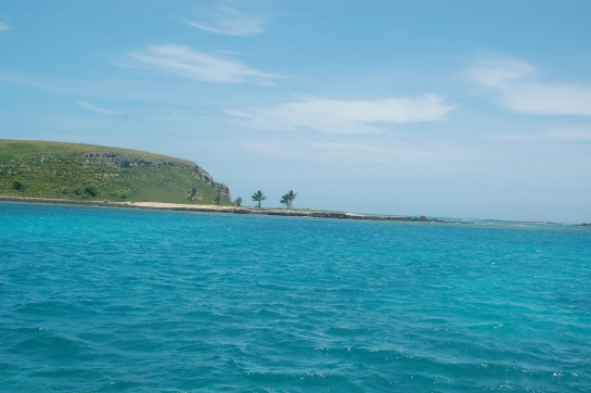 My way to Arquipelago de Abrolhos.  Four hours sailing from Caravelas and here were are.