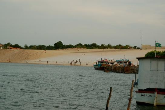 Areia dourada da beira do rio